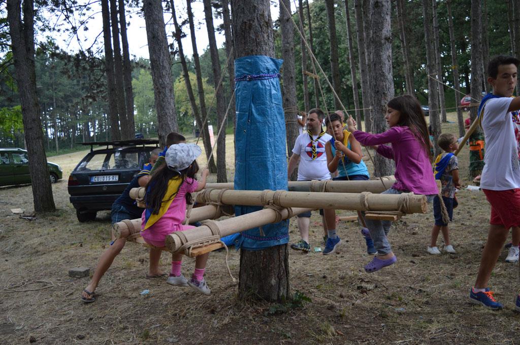 Körhinta fából és kötélből a szerbiai nagytáborban